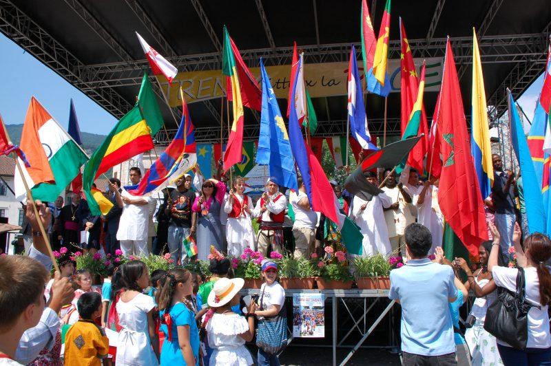Le bandiere sul palco della festa dei popoli a Trento nel 2019